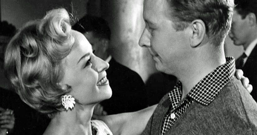 """Toivo Särkän vuonna 1959 ohjaamassa draamakomediassa """"Taas tapaamme Suomisen perheen"""" näyttelevät Lasse Pöysti ja Marjatta Kallio."""