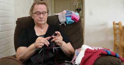 """Marjatta on kutonut ja lahjoittanut lähes 3 000 villasukkaa – """"Sukat tuottavat lämpimien jalkojen lisäksi hyvää mieltä"""""""