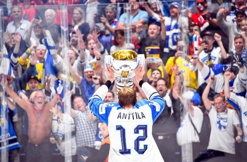 Maailmanmestaruus sai suomalaiset juhlimaan kisakatsomoissa sekä kaupunkien toreilla.