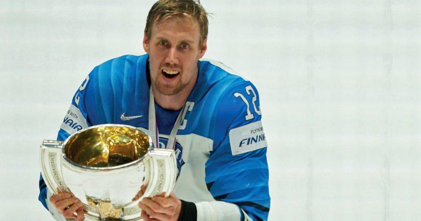 Leijonien kapteeni Marko Anttila pääsi nostamaan mestaruusmaljan Suomen kolmannen MM-kullan merkiksi.