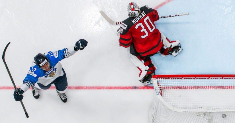 """Leijonien kapteenin Marko """"Mörkö"""" Anttilan laukaus on ohittanut Matt Murrayn Kanadan maalissa."""