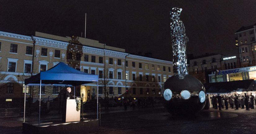 Muistomerkin paljasti hankkeen suojelija presidentti Martti Ahtisaari.