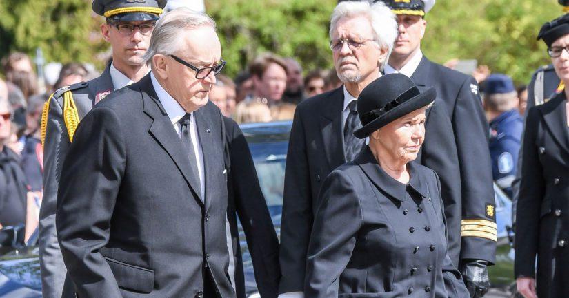 Martti ja Eeva Ahtisaari presidentti Mauno Koiviston hautajaisissa, takana Pentti Arajärvi.
