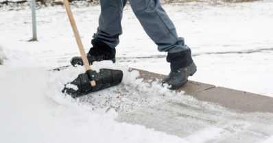 Muista nämä vinkit lumitöissä – säilytä naapurisopu ja kolaa lumikasat omalle tontille