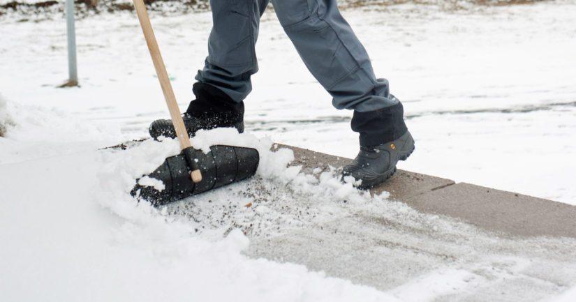 Käytävän puhdistus lumesta sujuu Masi Swing -lumilastalla.