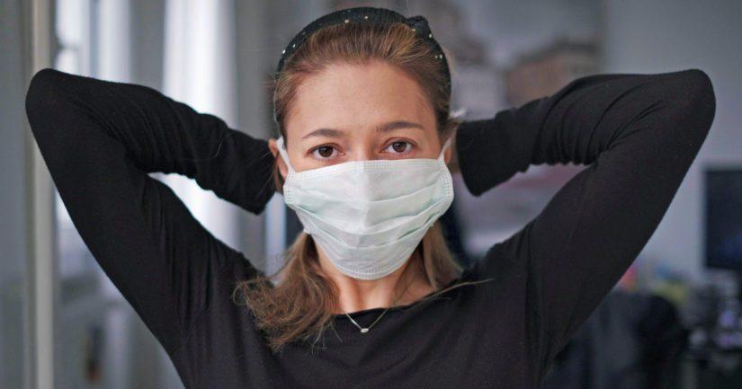 Jos kirurgista nenä-suusuojusta ei ole käytettävissä, on käytettävä pestävää tai kertakäyttöistä kankaista suojusta tai kasvot peittävää visiiriä.