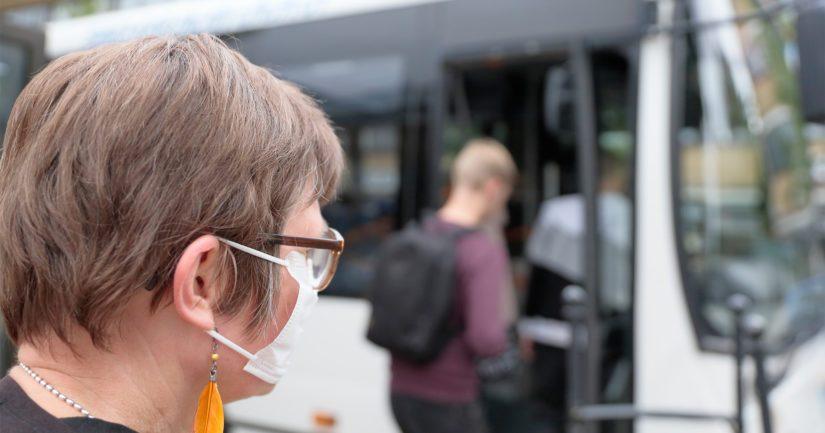 THL suosittaa maskin käyttöä, kun ollaan joukkoliikenteessä, jossa lähikontakteja on vaikeaa välttää.