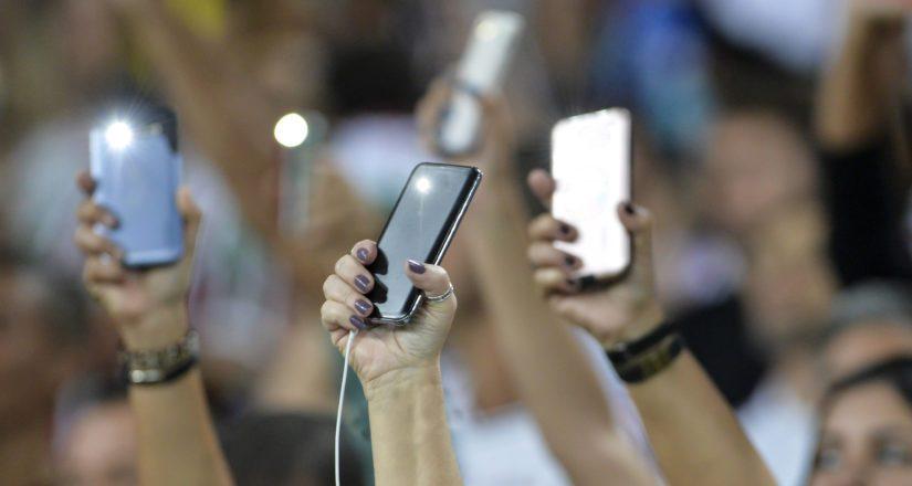 Jo kolme miljoonaa suomalaista kuuntelee musiikkia puhelimellaan viikoittain.