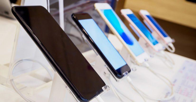 Yksi laturi kaikkiin matkapuhelimiin? – EU:n komissio ehdottaa elektroniikkalaitteiden yleislaturia