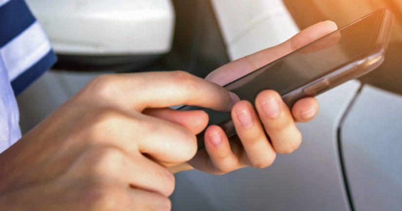 Jokainen voi esittää koronatodistuksen omalta mobiililaitteeltaan tai tulostaa sen paperille.