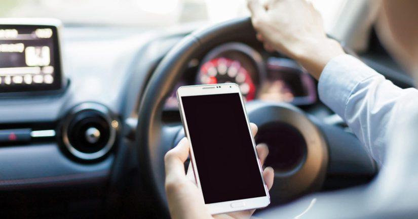 Liikenneturvan mukaan erityisesti älypuhelimet ovat kasvava turvallisuusriski liikenteessä.