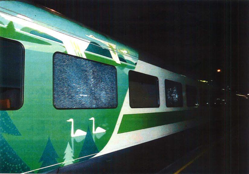 Junavaunun kaksi ikkunaa hajosi säröille ja seinään tuli jälkiä ikkunoiden alapuolelle.
