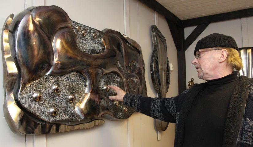 Metalli on materiaalina hyvin moniulotteinen. Matin käsissä syntyvät niin taulut, reliefit kuin patsaatkin.
