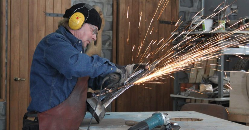 Kurikkalainen Matti S. Rajala on metallitaiteilijana lajinsa harvoja. – Ammattitoverit ovat harvassa, sillä metallin kesyttäminen on myös fyysisesti raskas taiteenlaji.