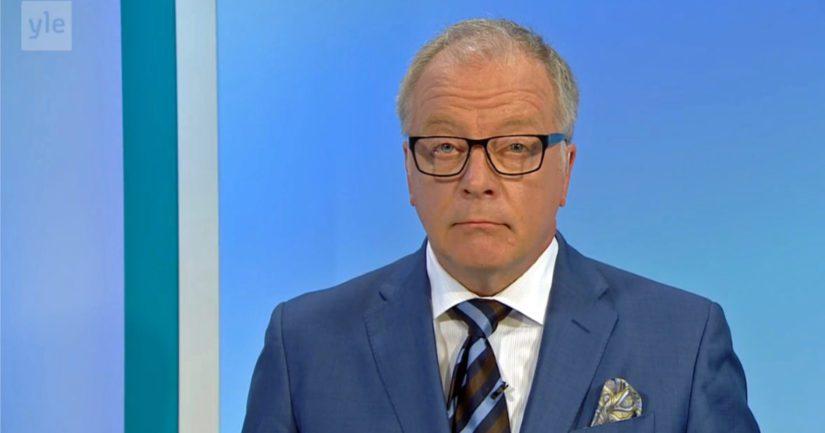 Uutisankkuri Matti Röngän ilme paljastaa, että seuraavaksi kerrotaan jotain menneen pieleen sotahirviuutisoinnissa.