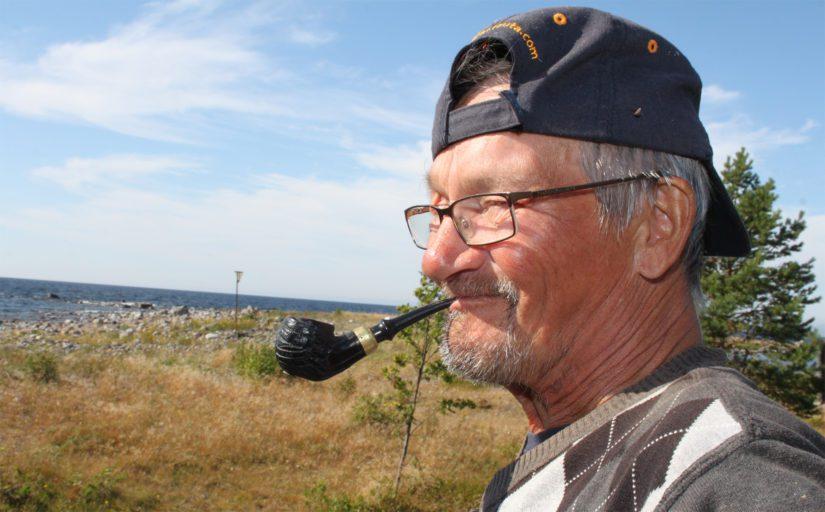 Kalastaja Matti Vierimaa tuntee saaren kuin omat taskunsa. Oli tuulta tai tyyntä, niin poikamies Vierimaa asuu saarella vähintään 110 päivää vuodesta.