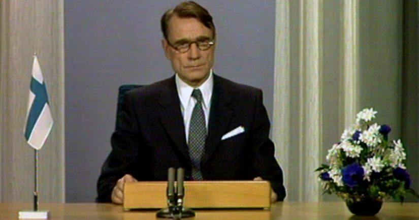 Pääministeri Mauno Koivisto pitää ensimmäistä uuden vuoden puhettaan 1.1.1982 presidentti Kekkosen sijaisena.