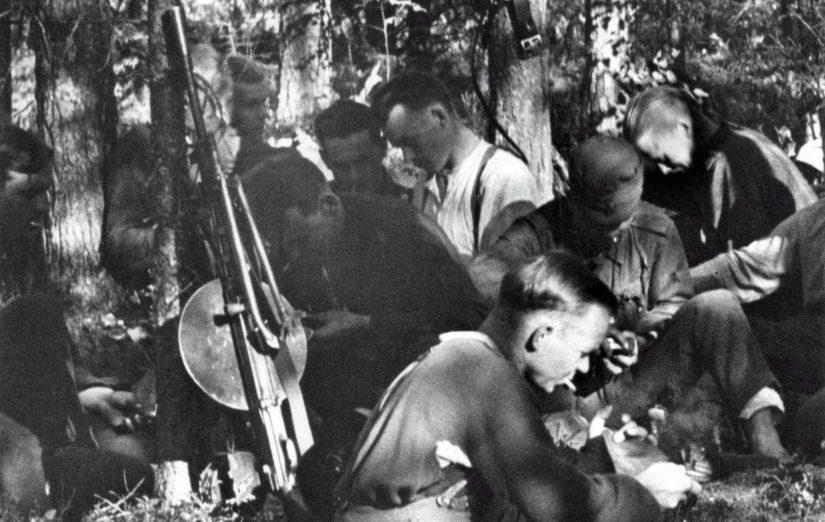 Jääkäri Mauno Koivisto valkoisessa paidassaan viettämässä aseveljineen taukoa kesällä 1944.