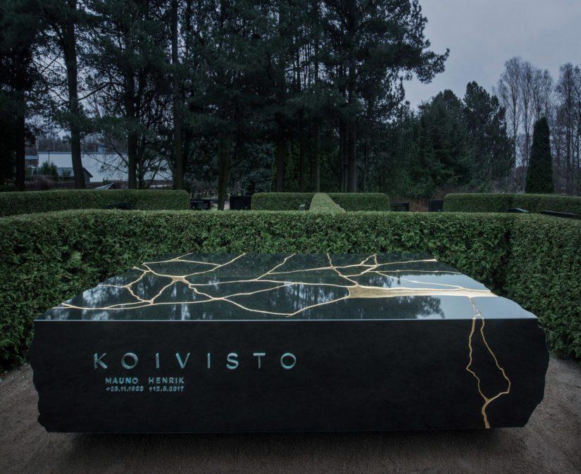 Muistomerkin materiaalina on Varpaisjärveltä louhittu musta diabaasi ja se painaa 9 000 kiloa.