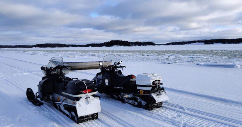 Viikonlopun hyvästä säästä johtuen meren jäällä liikkui runsaasti ulkoilijoita kävellen, hiihtäen tai luistellen, mutta myös moottorikelkoilla, moottoripyörillä ja mönkijöillä.