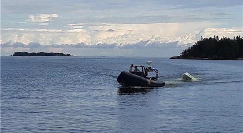 Merivartioston yksiköt kuljettivat henkilöt ja hinasivat veneen mantereelle Espooseen.