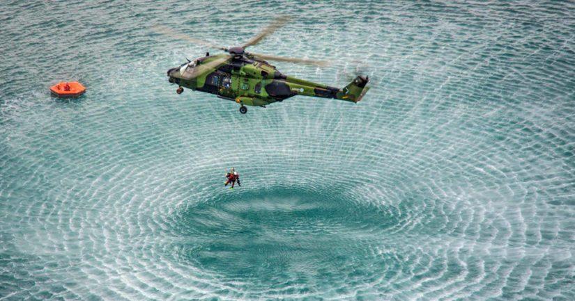 Utin Helikopteripataljoonan NH90-helikopterit sekä Rajavartiolaitoksen meripelastushelikopteri vinssaavat maalihenkilöitä kohteista.
