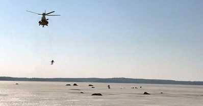 Kolme pilkkijää hädässä heikoilla jäillä – meripelastushelikopteri vinssasi miehet turvaan