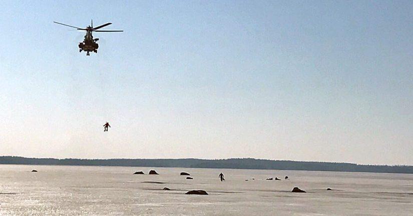 Helikopterin päästyä kohteelle aloitettiin henkilöiden vinssaaminen turvaan.