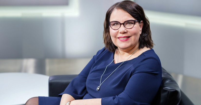Yleisradion toimitusjohtaja Merja Ylä-Anttila valitsee kaunokirjallisuuden Finlandia-palkinnon voittajan.