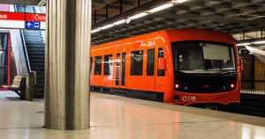Metrosta poistettu mies huitoi teräaseella vartijoita – pahoinpiteli aikaisemmin naista