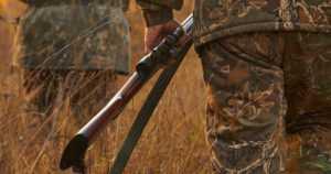 Metsästyskausi on vilkkaimmillaan – saako sorakuopalla ampua ja tuulivoimapuistossa metsästää?