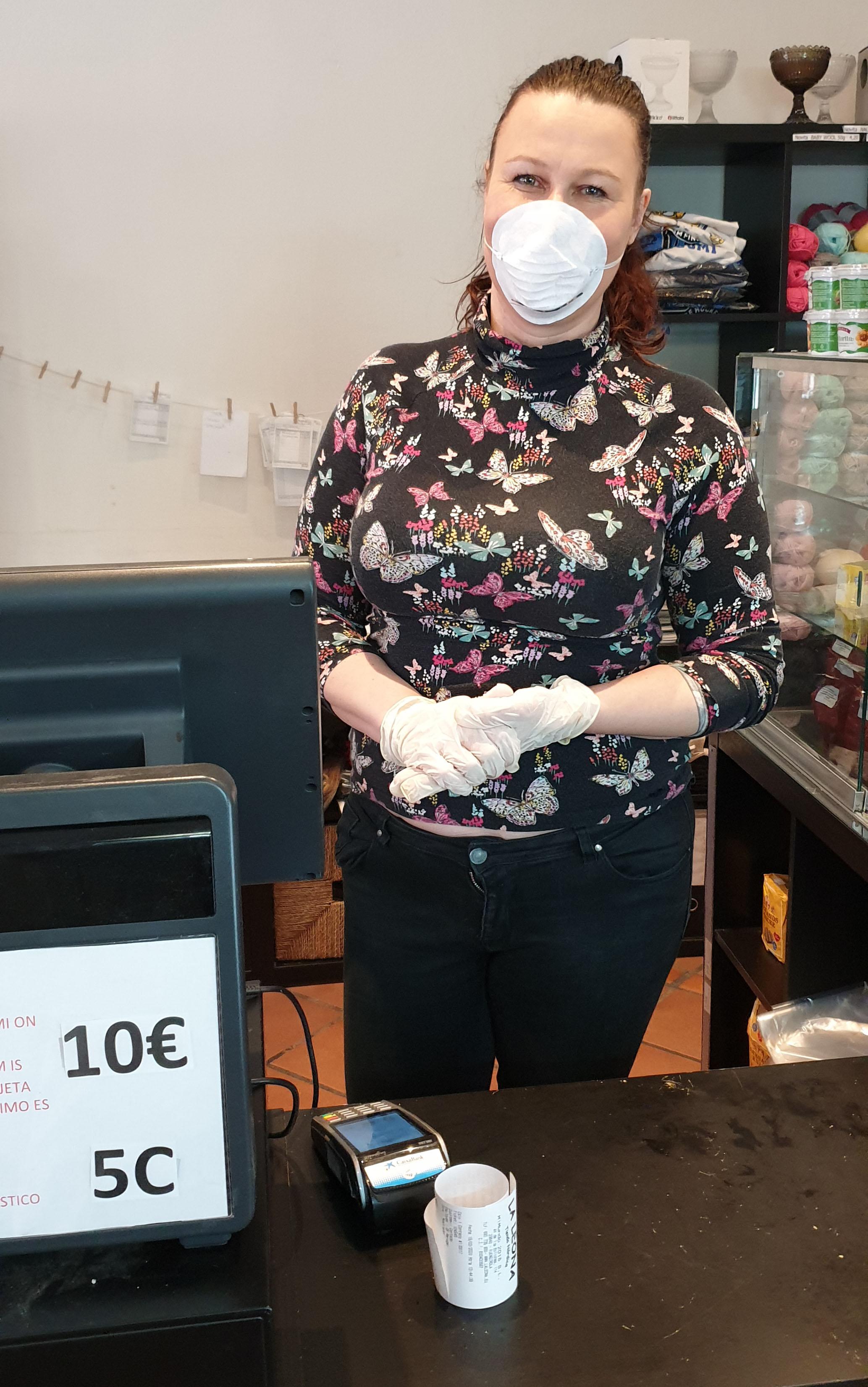 Yrittäjä Miia Marjamäki on pukeutunut suomalaisten suosimassa kauppaliikkeessään asianmukaisiin suojavarusteisiin.