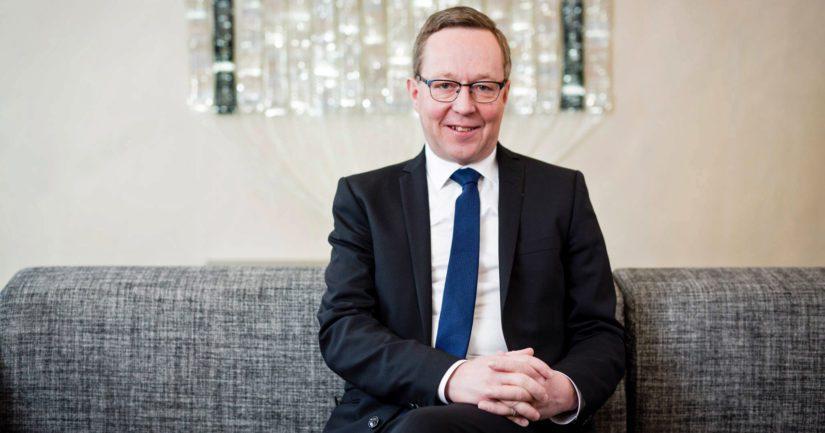 Sipilä antoi omistajaohjaisministerin pestin ja hallituksen kassakirstun avaimet elinkeinoministeri Mika Lintilälle.