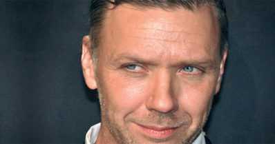 Beck-elokuvien kovaotteisena poliisina tuttu Mikael Persbrandt yllättää – taidenäyttely Suomessa