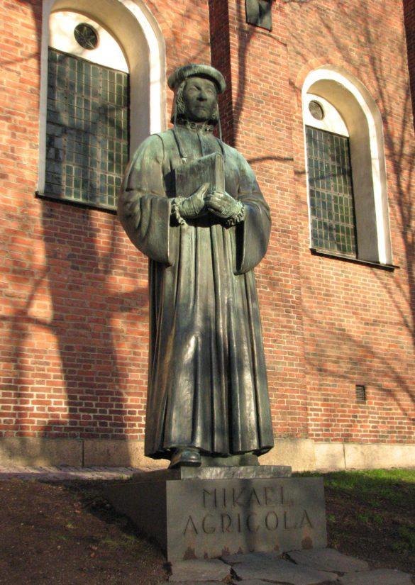 Oskari Jauhiaisen vuonna 1952 valmistunut Mikael Agricolan patsas Turun tuomiokirkon edustalla.