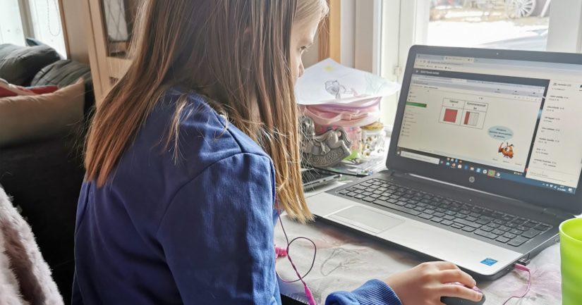 Kolmasluokkalainen Milla-tytär suorittaa tehtävät kotikoulussa pääsääntöisesti tietokoneella.