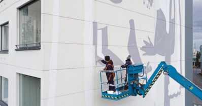 Suomalaisille kaupungeille kauniita muraaleja kerrostalojen seiniin – ensimmäinen on nyt esillä