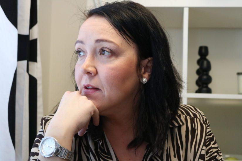Sosiaalityöntekijänä Minna Rautio pystyy peilaamaan köyhyyttä molemmin puolin pöytää. Hän tietää myös itse, millaista on elää köyhyydessä nykypäivän Suomessa. – Rahattomuus vie kaiken, itsetuntoa myöten.