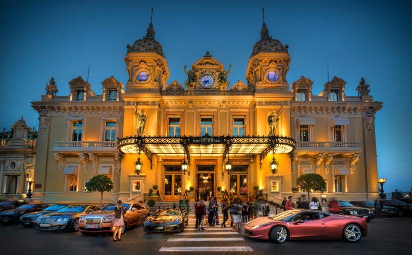 Legendaarisen Monte Carlon kasinon ylelliseen ilmapiiriin pääsee myös tavallinen matkalainen tutustumaan.