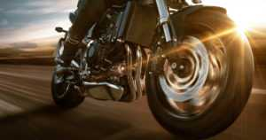 Moottoripyöräilijä törmäsi poliisiautoon – yritti ohittaa vaikka poliisiautossa oli hälytyslaitteet päällä