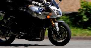 Moottoripyöräilijä pakeni poliisia – pyörä syttyi kaatumisen yhteydessä tuleen ja poliisi sammutti liekit