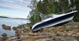 Moottorivene ajoi kovalla vauhdilla rantakiville – kuljettaja loukkaantui onnettomuudessa