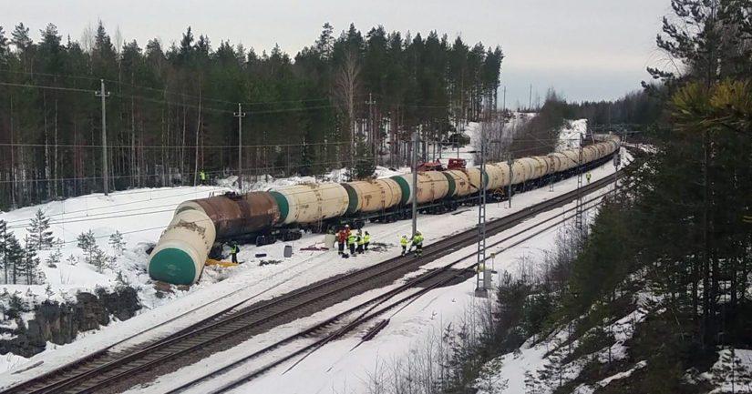 Säiliövaunuista ehti onnettomuudessa valua ympäristöön arviolta 35 000 litraa MTBE-kemikaalia.