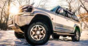 Onnettomuusriski kasvaa nelivetoisilla autoilla – liukkaalla tai lumisella tiellä