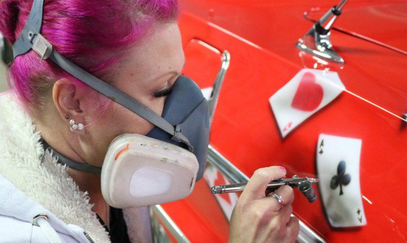 Nina on Pohjoismaiden ainoa rekkataidetta ammatikseen tekevä nainen. – Teen myös tatuointeja, joten olipa se sitten pelti tai käsivarsi, niin maalaan aina ihmisten haaveita.