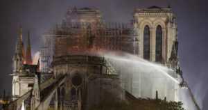"""Tulipalo Pariisin maailmankuulussa katedraalissa – """"Rakennamme Notre Damen yhdessä uudelleen"""""""