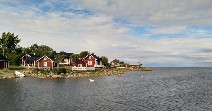 Ohtakarin kalastajakylä on suosittu nykyään myös turistien keskuudessa. Neljän vuokramökin lisäksi alueella on myös muutamia sähköttömiä paikkoja matkailuajoneuvoille.