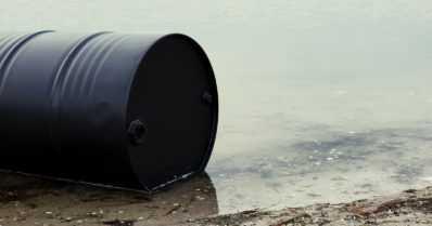 Autokorjaamoyrittäjän epäillään kaataneen yli tuhat litraa jäteöljyä sadekaivoon – tahallaan