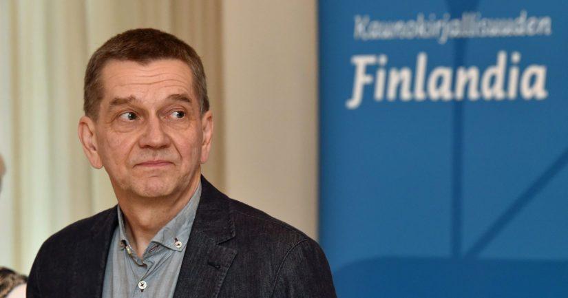 Kirjailija Olli Jalonen on konkari Finlandia-areenalla, sillä hän sai Kaunokirjallisuuden Finlandian myös vuonna 1990.