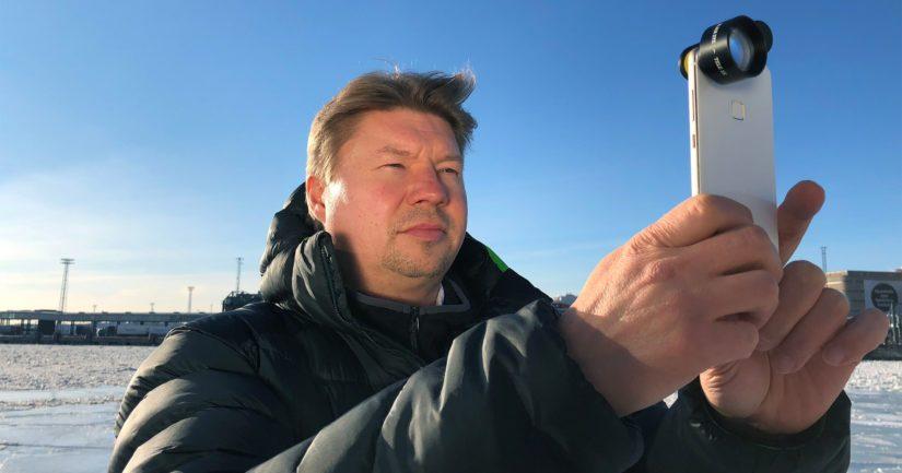 Eye Caramba Oy:n toimitusjohtaja Olli Osara testaa uutta Black Eye Cinema Wide -linssiä.